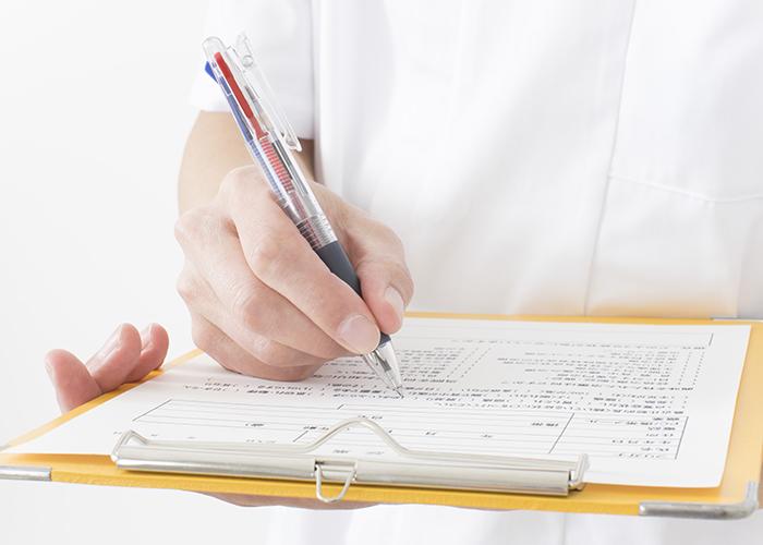 問診票に記入する手