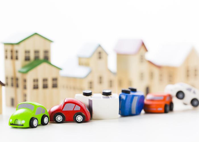 並んだ車のおもちゃ