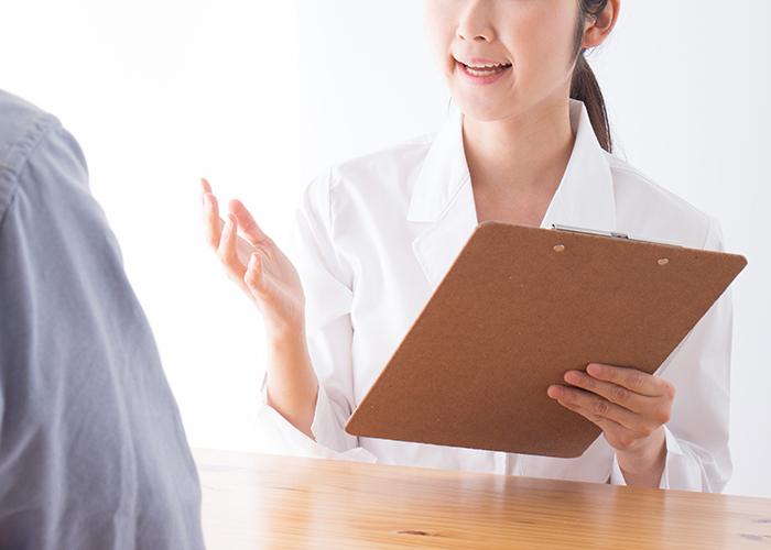 問診を行う女性スタッフ