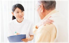 問診中のスタッフと肩に手を当てる患者