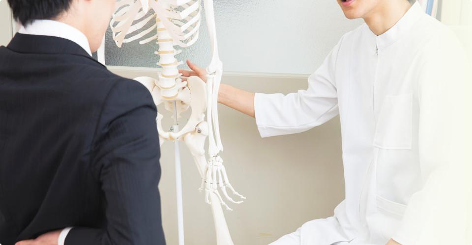 模型を使って説明中の先生と患者
