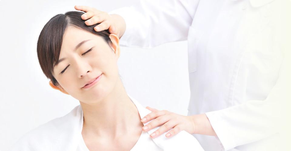 肩の施術を受ける女性
